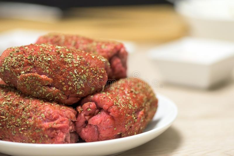 Здоровое блюдо - сырцовая рулада говядины - подготовка стоковые изображения