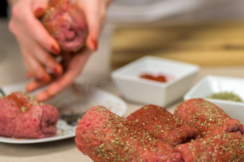 Здоровое блюдо - сырцовая рулада говядины - подготовка стоковое фото rf