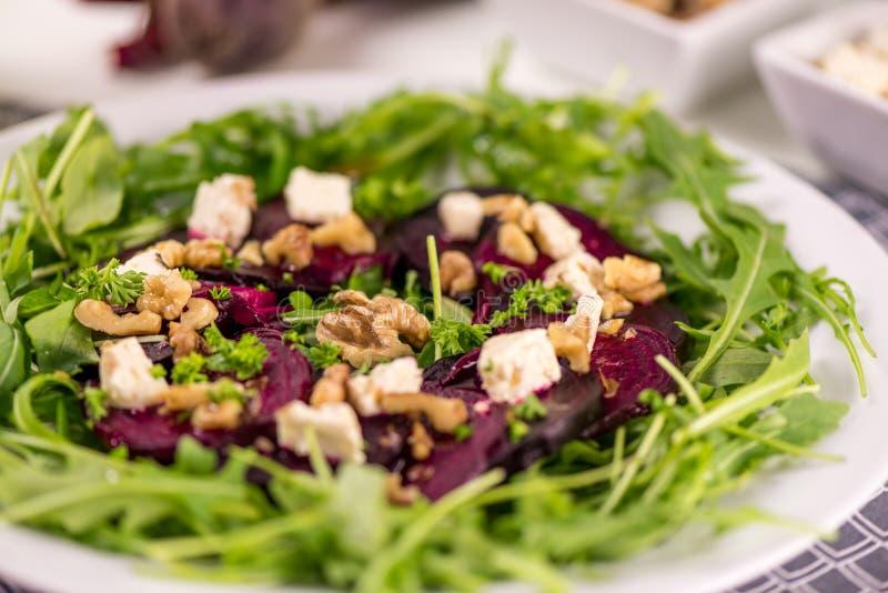 Здоровое блюдо vegan - красное carpaccio бураков с салатом rucola стоковое изображение
