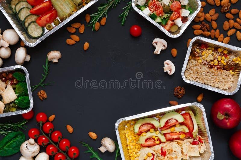 Здоровое взятие еды прочь в коробках, предпосылке на черноте стоковое изображение