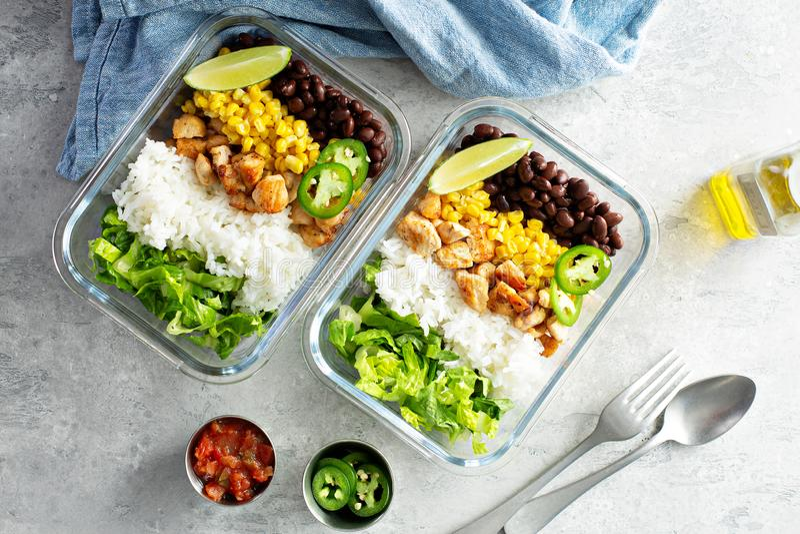 Здоровое зеленое приготовление уроков еды с цыпленком стоковое фото rf