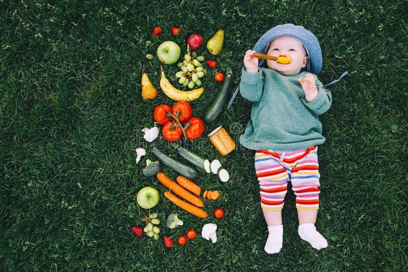 Здоровое питание ребенка, подавать младенца стоковое фото rf