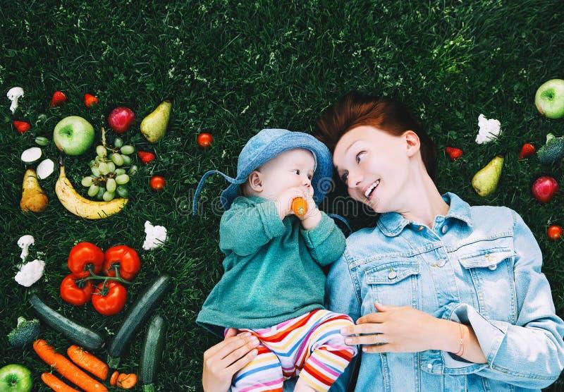 Здоровое питание семьи Мать и младенец с плодоовощами и vegeta стоковые фотографии rf