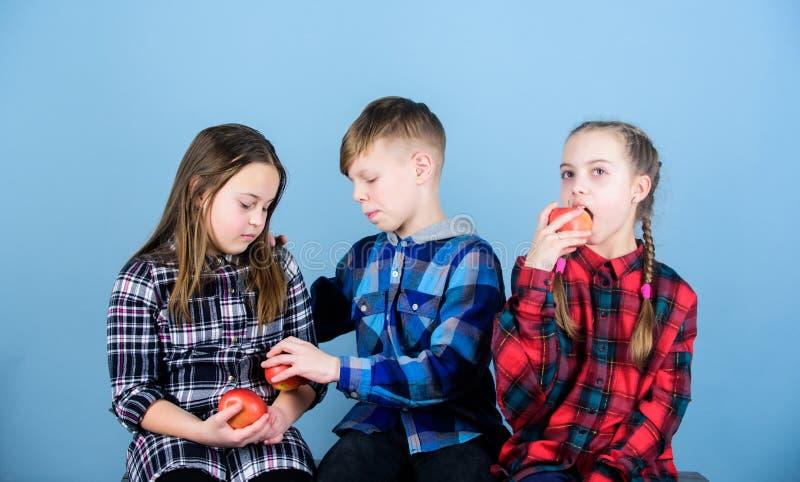 Здоровое питание dieting и витамина Съешьте плод и быть здоровый Повышать здоровое питание Мальчик и подруги едят стоковое изображение