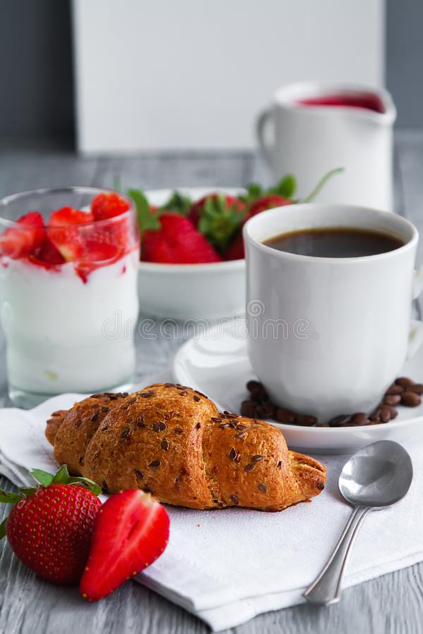 здоровое breackfast для здорового завтрака с очень вкусным круассаном и клубниками для рано утром стоковое фото rf
