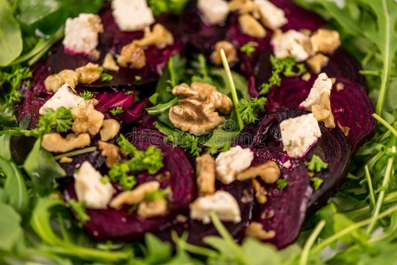 Здоровые блюда vegan Красные бураки с салатом rucola стоковое изображение rf