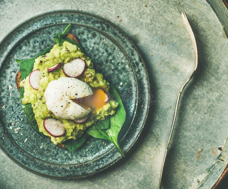 Здоровые вегетарианские wholegrain здравицы с краденным яичком, взгляд сверху авокадоа стоковые изображения rf