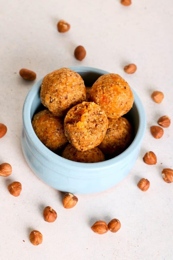 Здоровые домодельные шарики энергии с абрикосом и гайками стоковая фотография