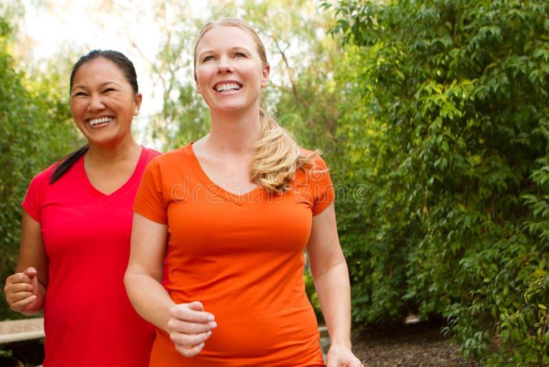 Здоровые женщины работая и получая подходящий стоковое фото rf