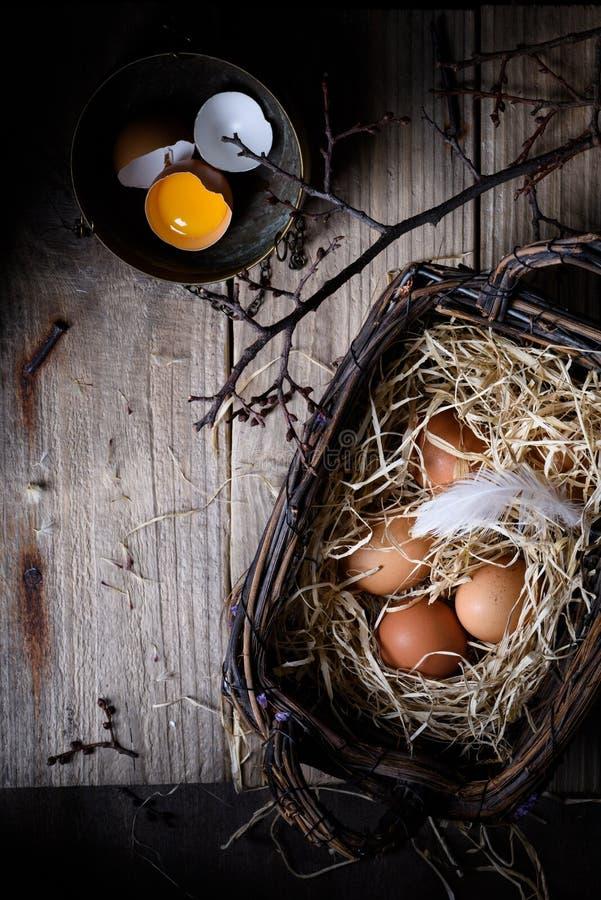 Здоровые ингридиенты выпечки, яичка в корзине Предпосылка хлебопекарни стоковое фото rf