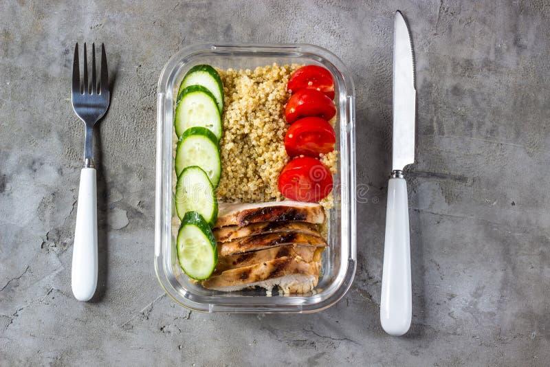 Здоровые контейнеры приготовления уроков еды с квиноа, цыпленком и arugula стоковые фото