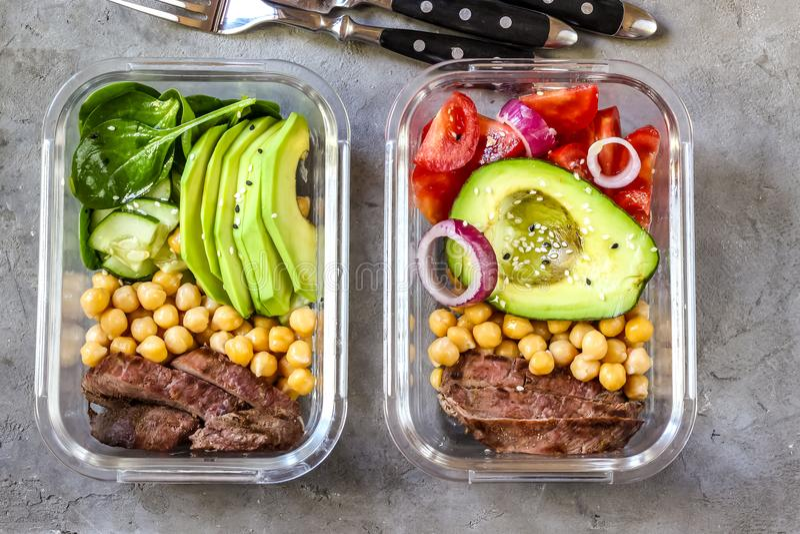 Здоровые контейнеры приготовления уроков еды с нутами, мясом гусыни стоковые фото