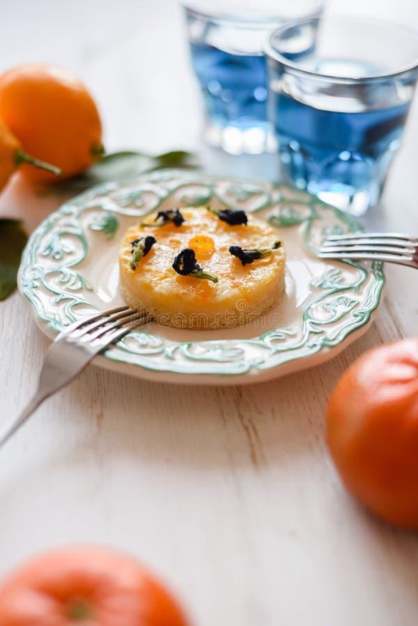 Здоровые напиток и десерт вытрезвителя Небольшой пирог лимона и тайское голубое anchan чая, который служат со свежими фруктами на стоковая фотография