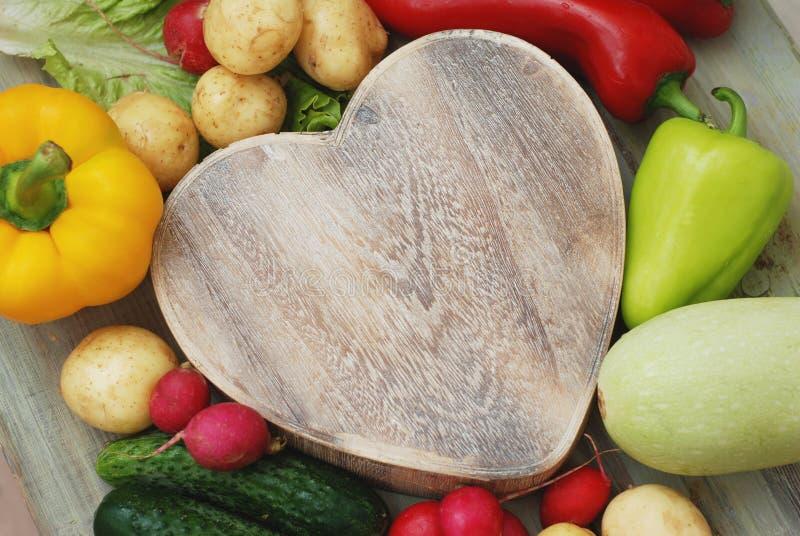 Здоровые овощи органической еды в деревянной коробке формы сердца на деревенской предпосылке Взгляд сверху ВЛЮБЛЕННОСТЬ для вегет стоковая фотография rf