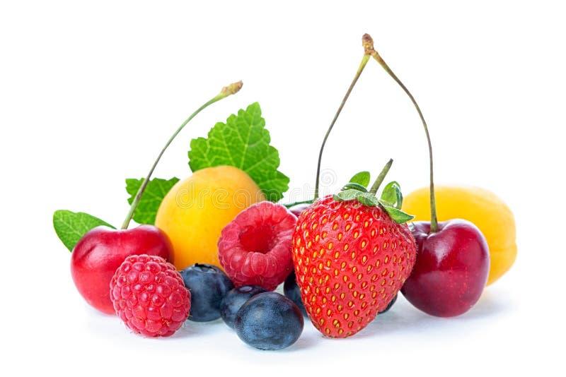 Здоровые свежие фрукты Состав спелой красной сладкой вишни с рогами, маловодом, абрикосами, клубникой и голубикой с листьями стоковые фотографии rf