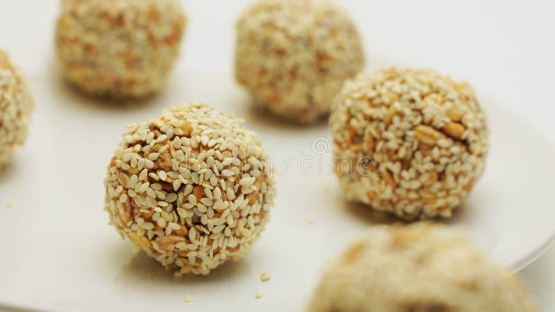 Здоровые укусы Granola энергии покрытые с семенами сезама Vegan, вегетарианская сырцовая закуска или еда стоковые изображения rf