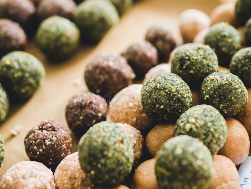 Здоровые шарики энергии овсяной каши дат с зеленым чаем, какао, гайками стоковые изображения