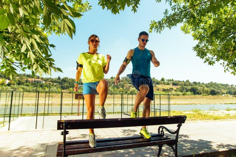 Здоровые jogging пары нагревая и протягивая на открытом воздухе стоковая фотография