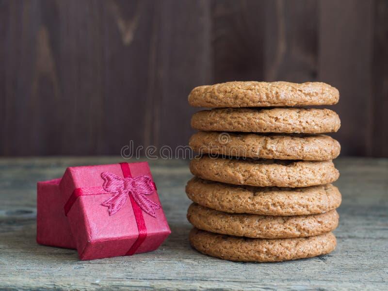 Здоровый бургер овсяной каши Стог печенья овсяной каши, красная подарочная коробка стоковые изображения