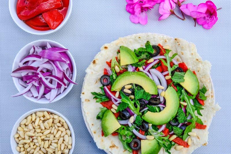 Здоровый вегетарианский салат авокадоа на основании пиццы стоковое фото rf
