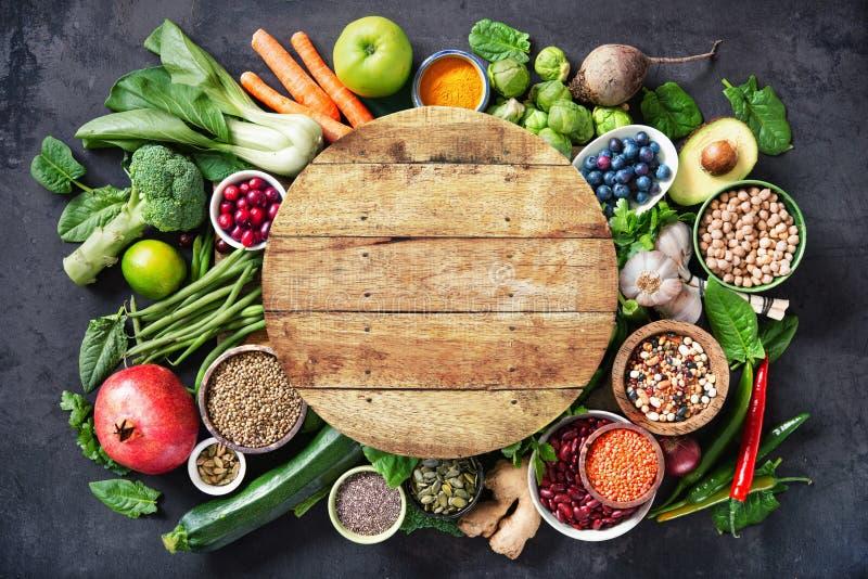 Здоровый выбор еды с плодами, овощами, семенами, супер едой, хлопьями стоковое изображение