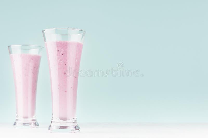 Здоровый десерт молокозавода зрелой голубики в 2 прозрачных высоких с стоковые фото