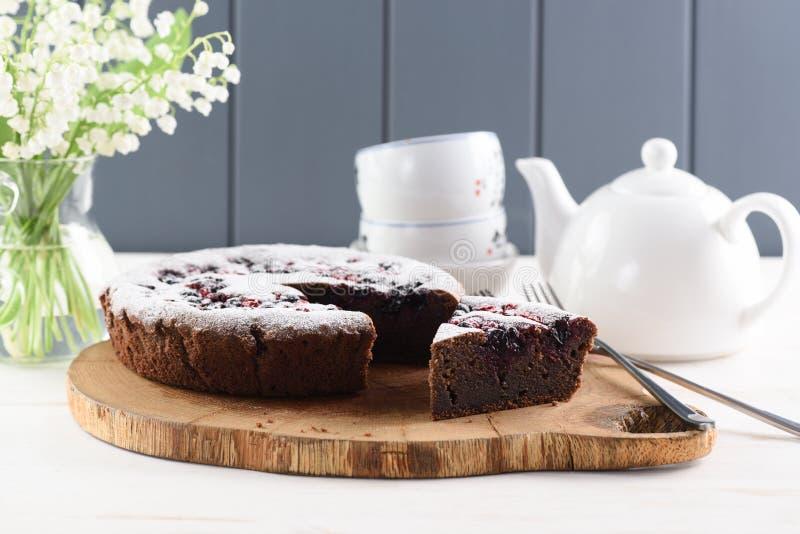 Здоровый десерт Традиционный сибирский торт с flou вишни птицы стоковые фотографии rf