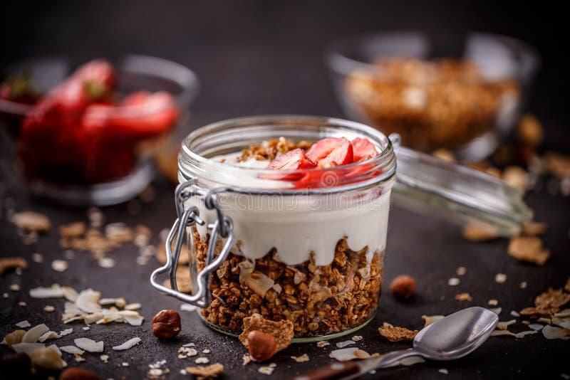 Здоровый завтрак в стеклянном опарнике стоковые фотографии rf