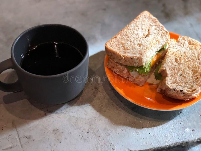 Здоровый завтрак с домодельной свежей кофейной чашкой сандвича и ฺHot черной стоковые изображения
