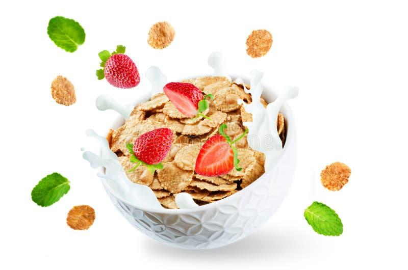 Здоровый завтрак с молоком, всеми хлопьями летая a хлопьев зерна стоковые фотографии rf