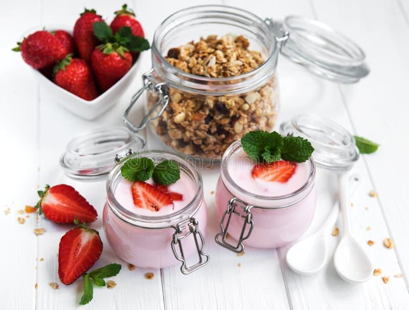 Здоровый завтрак, югурт, свежие клубники и granola стоковое фото rf