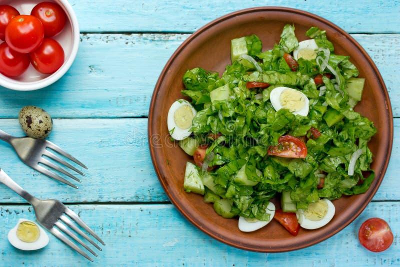 Здоровый зеленый салат с томатами вишни и яйцами триперсток стоковое изображение rf