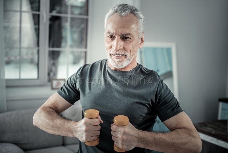 Здоровый зрелый человек делая спорт стоковая фотография rf