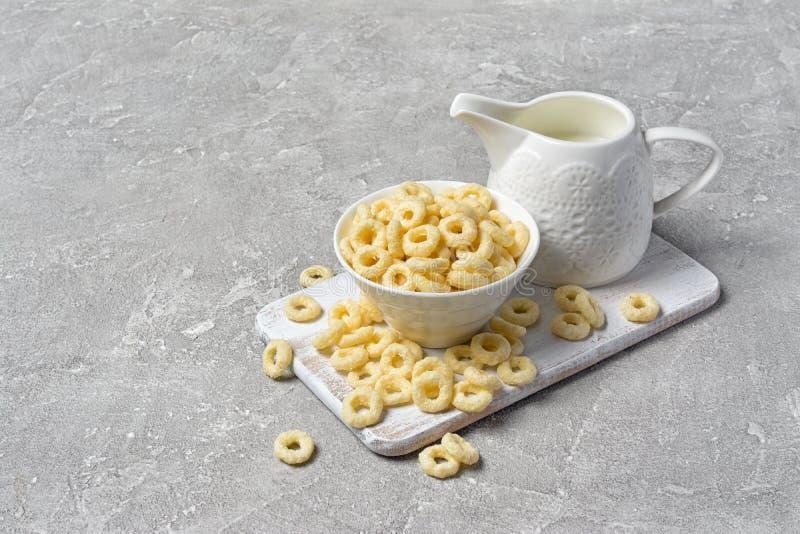 Здоровый и вкусный ringlets сухой завтрак с белым молоком выщербляет стоковое фото rf