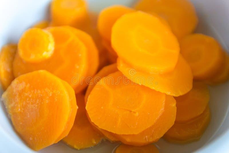 Здоровый кипеть или испаренный crinkle отрезал свежие морковей в шаре Подготовка детского питания, домодельного Здоровая концепци стоковое фото