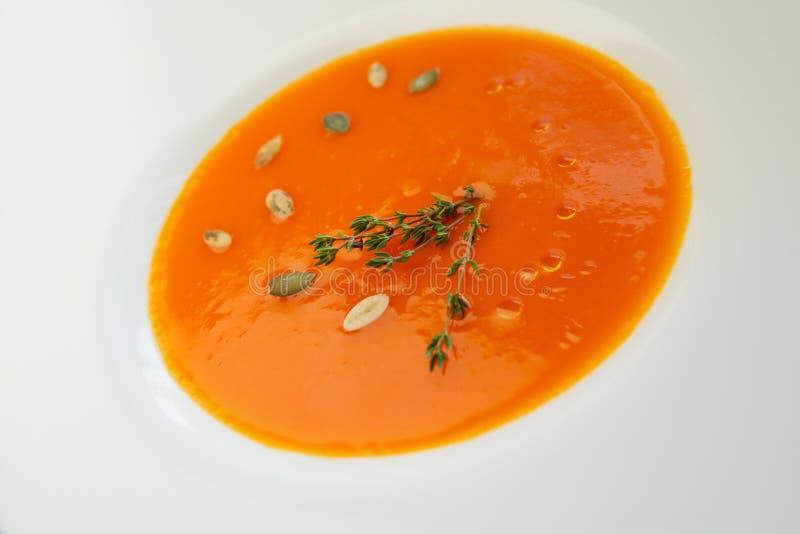Здоровый оранжевый вегетарианский суп тыквы в белой плите стоковые изображения rf
