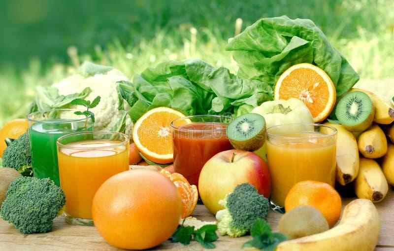 Здоровый освежающий напиток - напиток в горячем летнем дне, и ингредиенты напитков стоковые фотографии rf