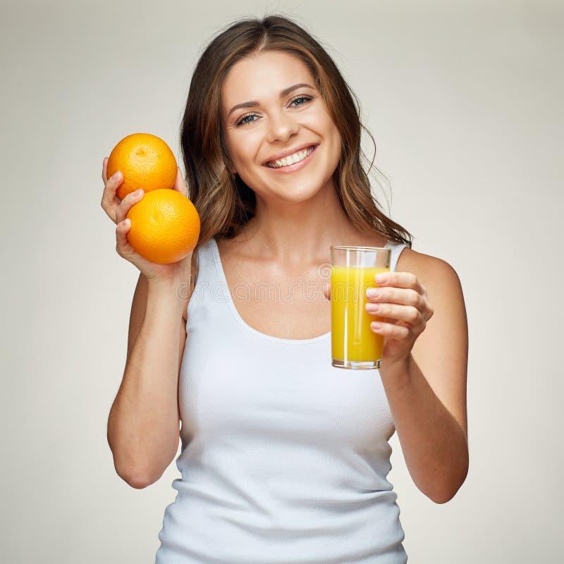Здоровый портрет образа жизни усмехаясь sporty женщины держа vitam стоковые фотографии rf