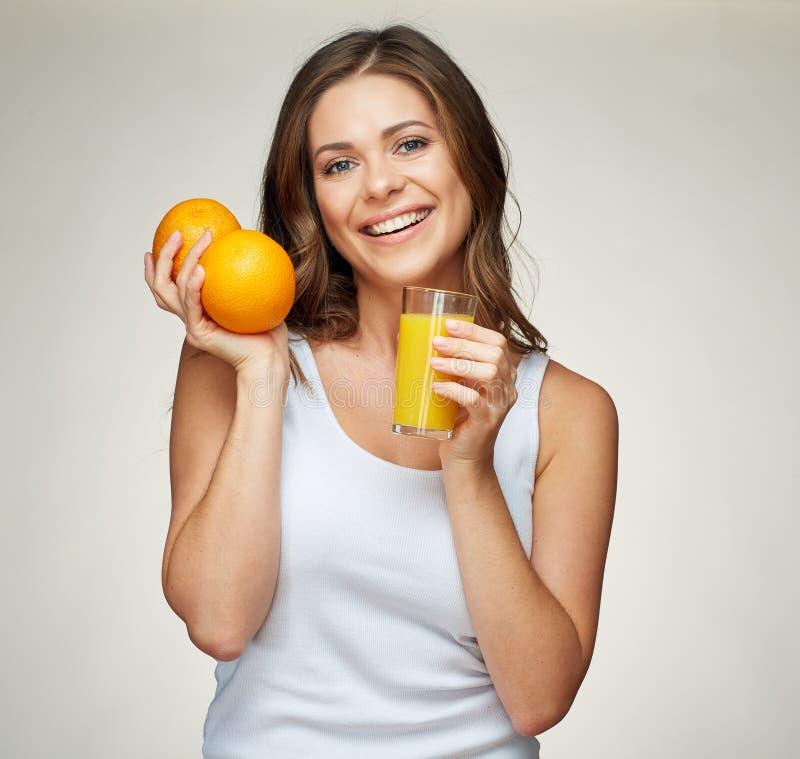 Здоровый портрет образа жизни усмехаясь sporty женщины держа vitam стоковая фотография rf
