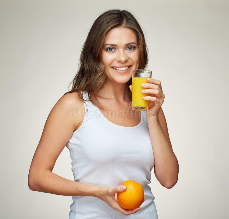 Здоровый портрет образа жизни усмехаясь sporty женщины держа vitam стоковые изображения rf