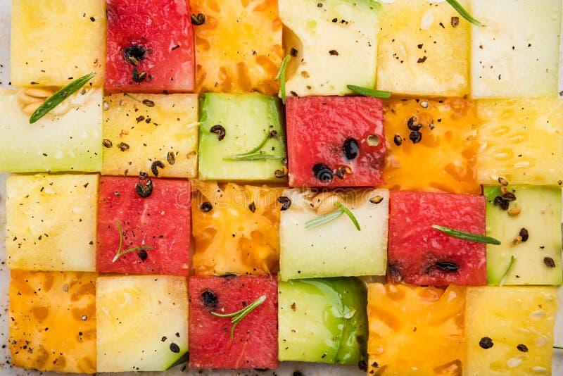 Здоровый салат, квадратный кубик кубиков фруктов на белом доске стоковое фото rf