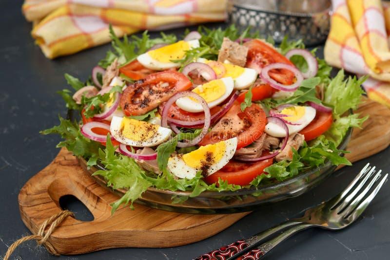 Здоровый салат органического салата с законсервированным тунцом, томатами, яйцами цыпленка и красным луком стоковая фотография rf