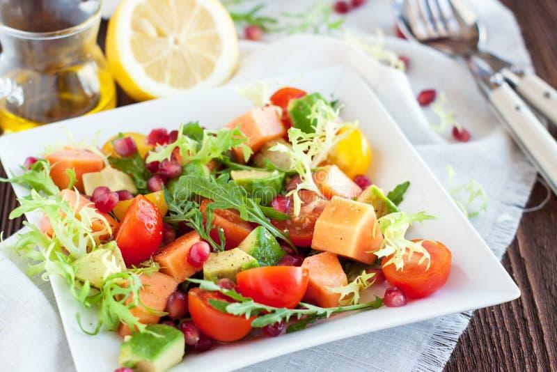 Здоровый салат с папапайей, авокадоом, томатами стоковая фотография