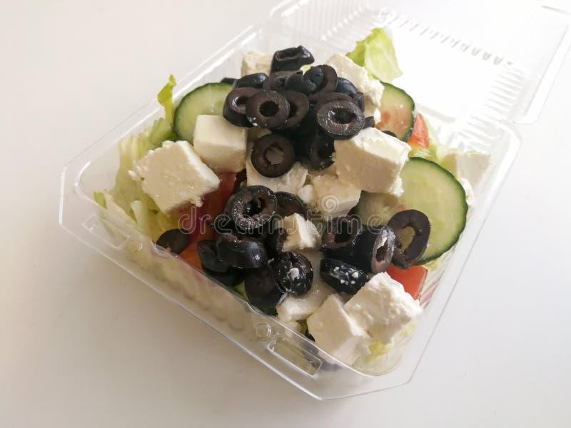 Здоровый салат фаст-фуда в пластиковой коробке стоковые фотографии rf
