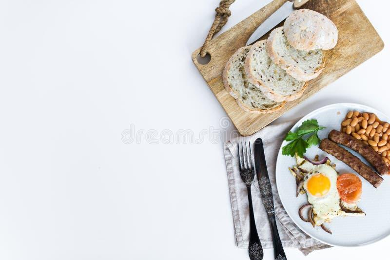 Здоровый сбалансированный завтрак на серой плите на белой предпосылке стоковые фото