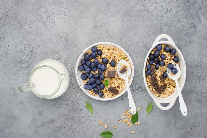 Здоровый сбалансированный granola карамельки зерна завтрака весь, свежие органические голубики minimalism стоковое фото rf
