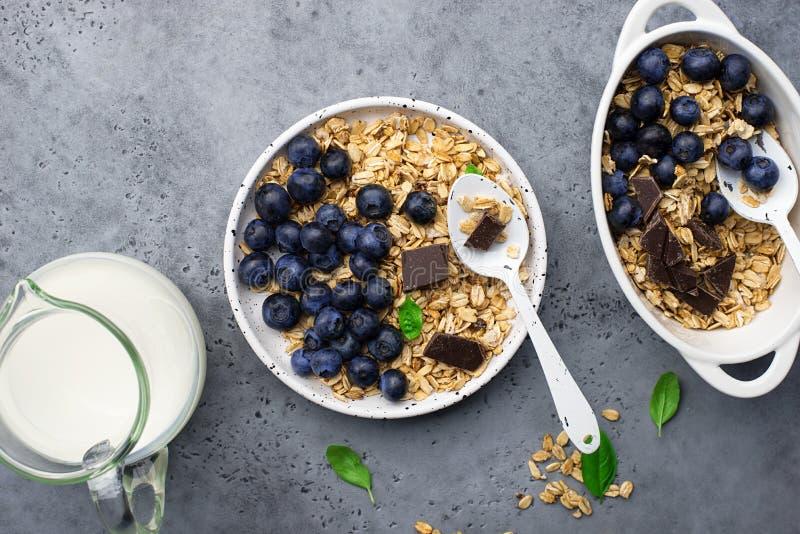 Здоровый сбалансированный granola карамельки зерна завтрака весь, свежие органические голубики minimalism стоковое изображение rf