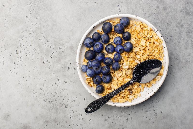 Здоровый сбалансированный granola карамельки зерна завтрака весь, свежие органические голубики minimalism стоковая фотография