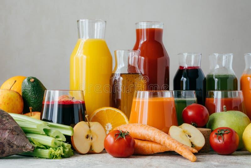 Здоровый свежий сок сделанный из здоровых ингредиентов Фрукт и овощ на таблице, над белой предпосылкой Еда, еда и стоковое изображение rf