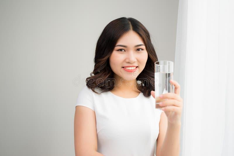 Здоровый уклад жизни Портрет счастливой усмехаясь молодой женщины с Gl стоковые фото